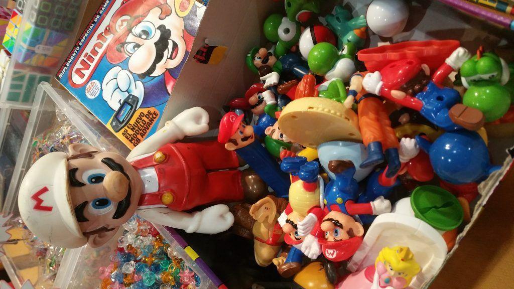 muñecos y figuras en el rincon del juguete